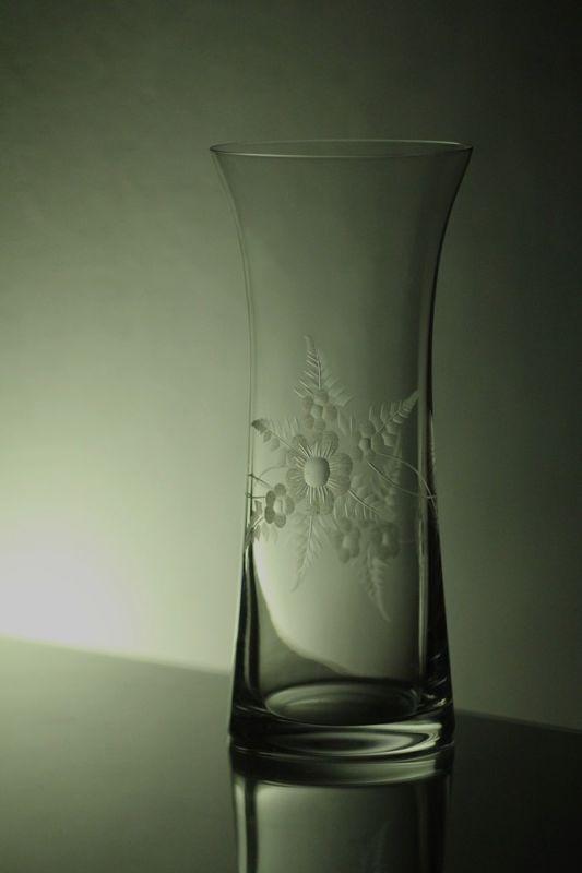 skleněná váza 23cm s rytinou květin , možnost jména na přání