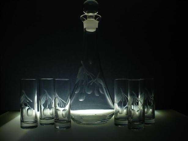 lahev 750ml na slivovici+ 6 ks likér Barline 50ml s rytinou švestek, dárek pro dědečka
