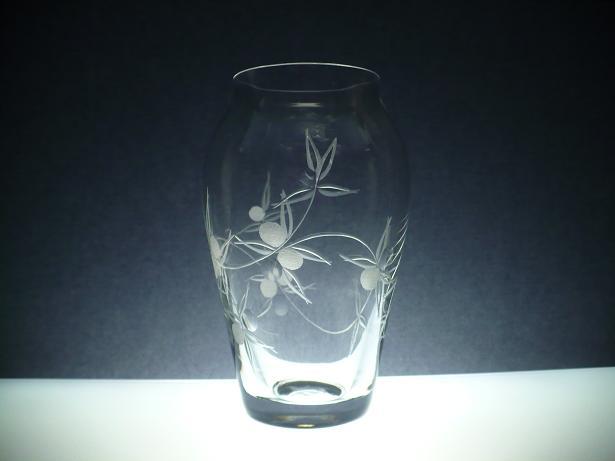 skleněná váza 16cm s rytinou bobule, možnost jména na přání