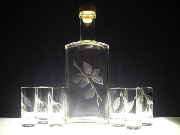 lahev na slivovici (pálenku) 0,5l+ 6ks likér s rytinou švestek (na přání i jiného ovoce či motivu)